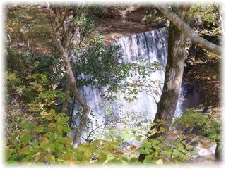 小さな段差の滝