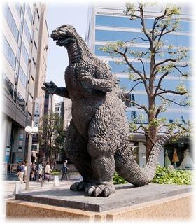 向かう途中にあったゴジラの銅像
