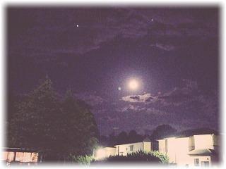雲の間から時々覗き見る月