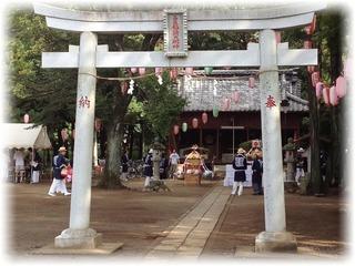 開催合図の花火が上がると神社へ集合