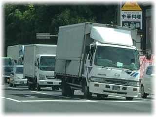ヤバそうな傾きのトラック