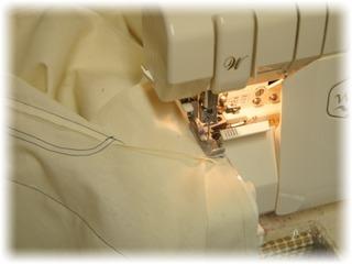 股下を縫い合わせて、ロックで端始末