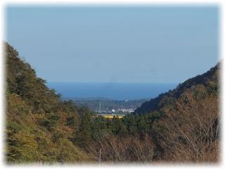 ダムサイトに行くと山間から海が見えます