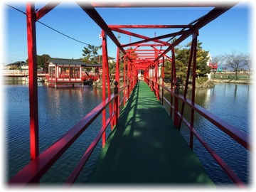 二の鳥居から橋を渡って社殿方面へ