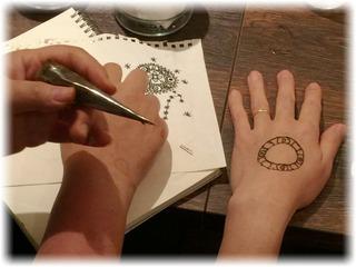 手の甲に描いてもらってますねぇ・・