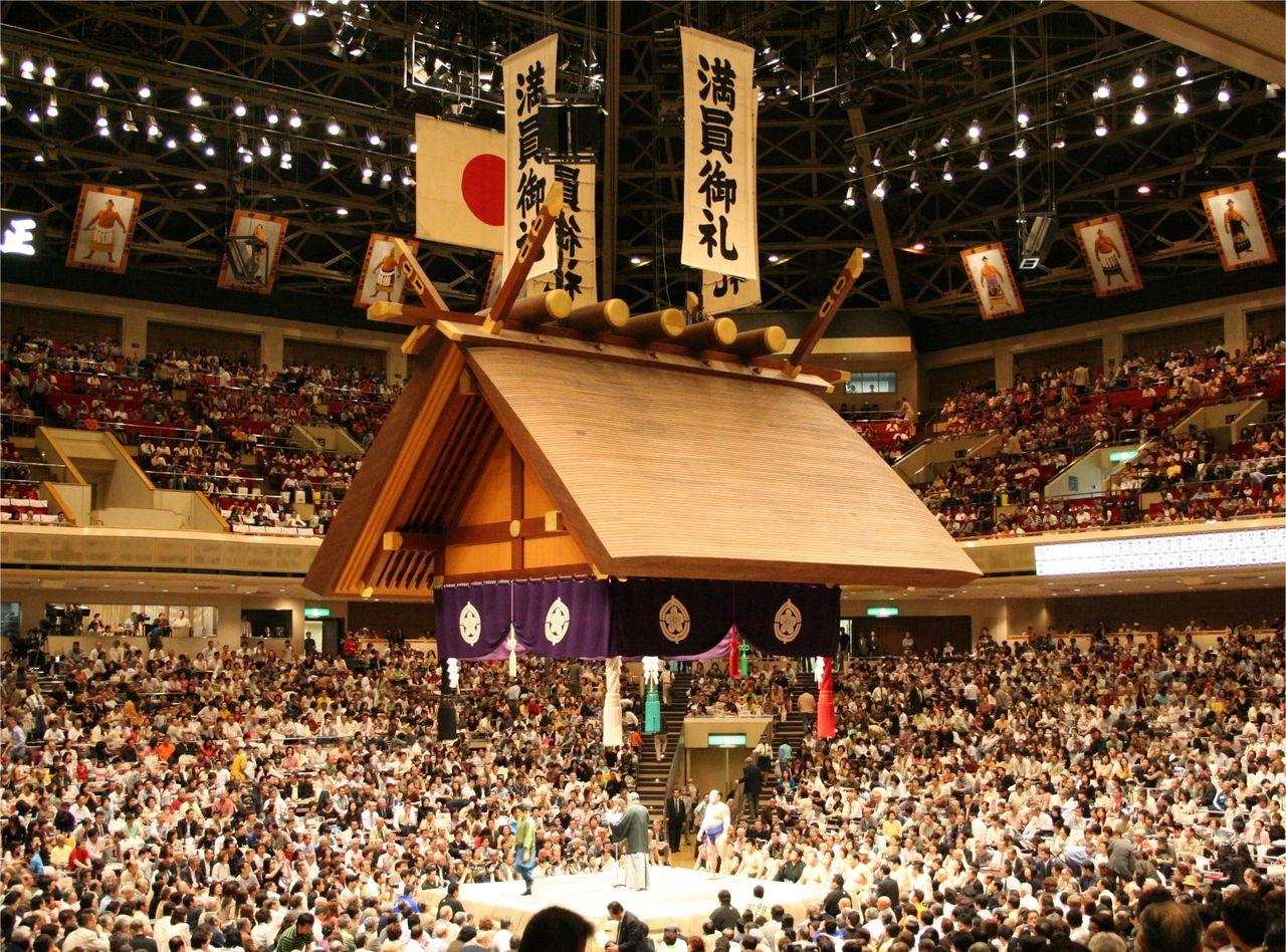 Ryogoku_Kokugikan_Tsuriyane_05212006 テレビで大相撲を見てい