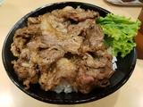 肉のヤマキ商店の焼肉丼。その場で測り焼くから美味い。