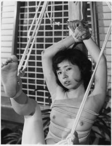 前田嬢両手片足吊り1