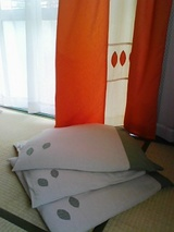 カーテンと座布団