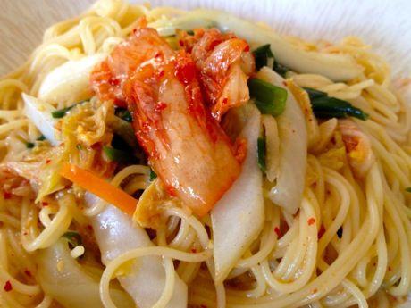 白菜と葉玉ねぎのキムチ・辛ボナーラ