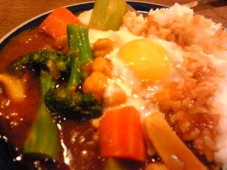 野菜カレー温泉卵のせ
