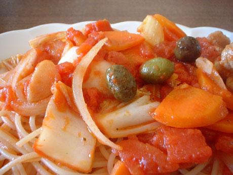 豚と白菜、人参、玉葱、オリーブのトマトソースパスタ