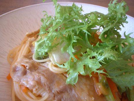 豚バラと白菜のカレー味フェデリーニ、わさび菜トッピング