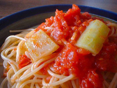 トマト缶とブロッコリの軸のパスタ