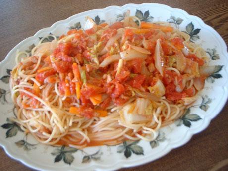 ツナと白菜などのトマトソースパスタ