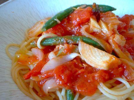 ツナと葉タマネギ、インゲンのトマトソース