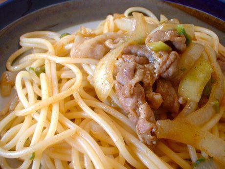 豚肉と玉葱のカレー味パスタ