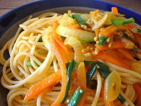 ニラと人参、玉葱と挽肉のカレー味スパゲティ