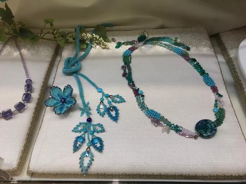 ブルーのラリエット葉っぱのフリンジとフリーフォーム