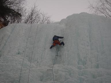 南沢大滝中央凹角を登る正宗