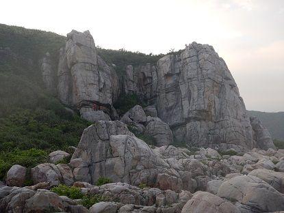 1−校門口の岩場全景