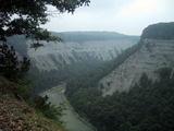 ダム上流の渓谷