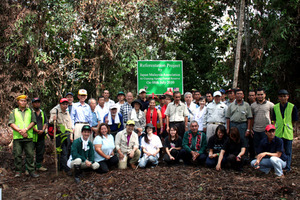 tree planting apeng group photo