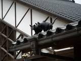 屋根上の猫のモニュメント