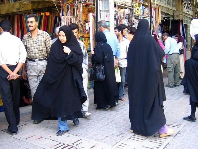 800px-Women_in_shiraz_2