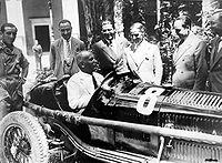 200px-Mussolini_al_volante_di_un'Alfa_Romeo_da_competizione.JPG