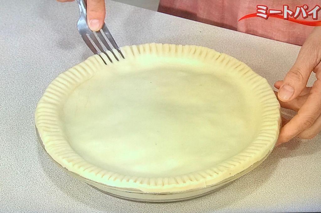 縁にフォークの背を押しつけて筋をつけ、上面に溶き卵をぬり、ナイフで数か所切り目を入れる。