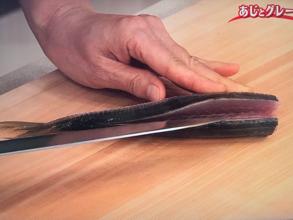 背側から中骨の上に沿って包丁を入れ、腹側からも同様に包丁を入れる