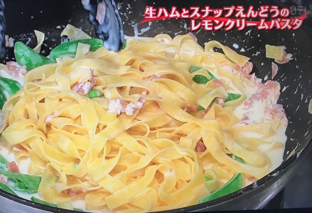 レモン汁、パルメザンチーズの2/3量、ゆで汁1/2カップを順に加えて混ぜ合わせ、塩で味をととのえる
