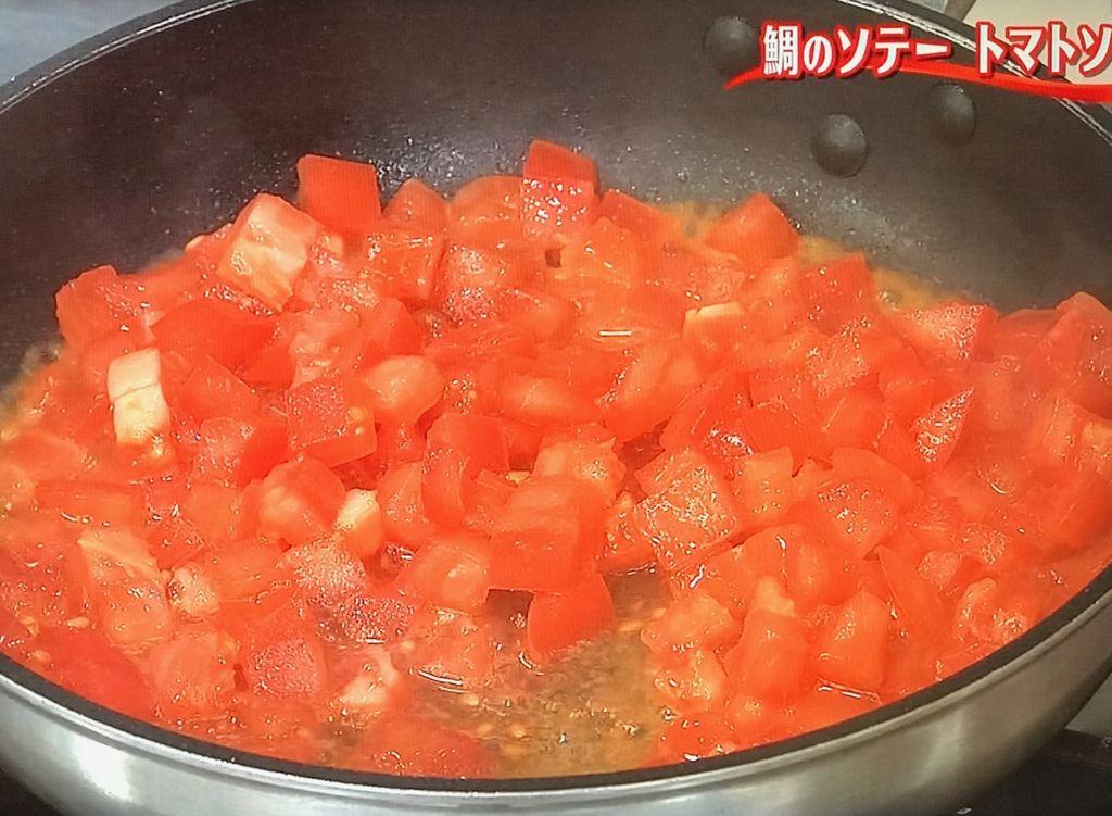 トマトを加えてさっと炒める