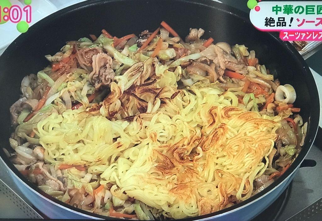 ソースを加えて軽く混ぜ合わせ、ソースの汁気があるうちに麺を加えて絡めながら炒める