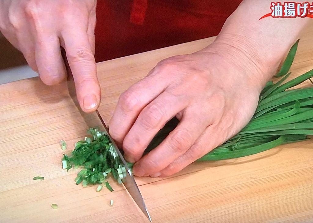 にらは細かい小口切りにし、玉ねぎはみじん切りにする