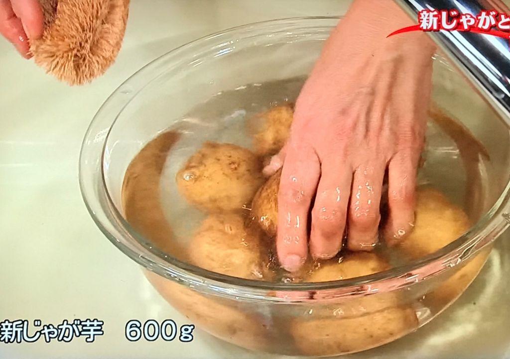 新じゃが芋は皮つきのままよく洗う
