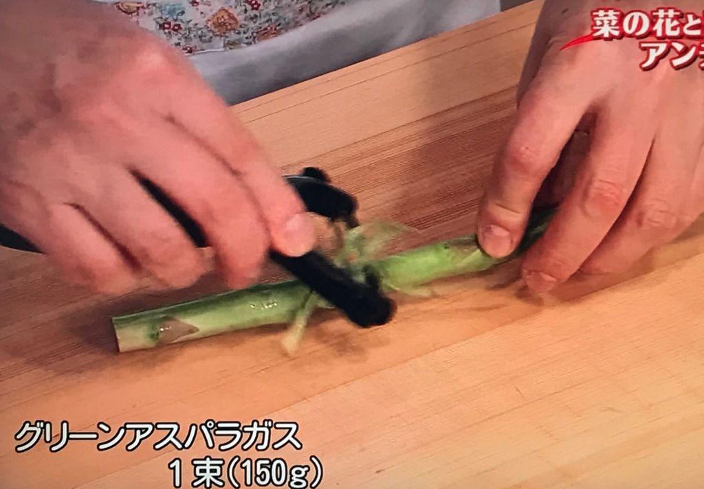 アスパラガスは根元1/3の固い皮をむき、斜めに2cm幅に切る