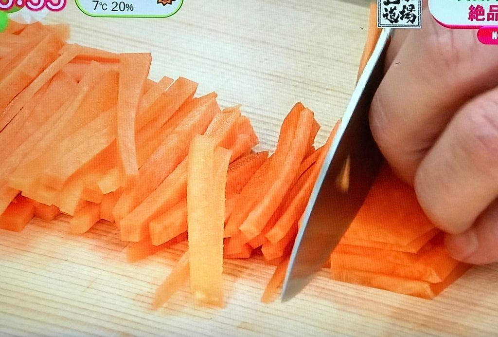 人参の太い部分を千切り(マッチ棒程度の大きさ)にして、塩で揉んでおく