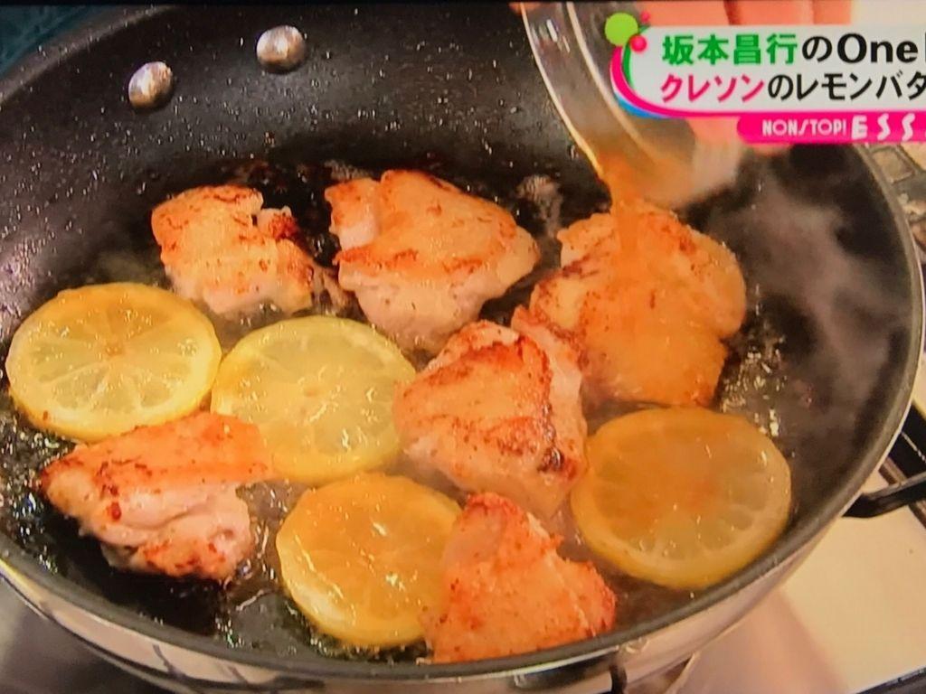 レモンの薄切り、合わせ調味料と炒める