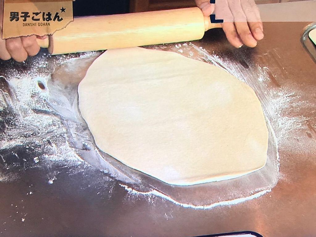 1枚ずつ天板の大きさに合わせて麺棒で伸ばす