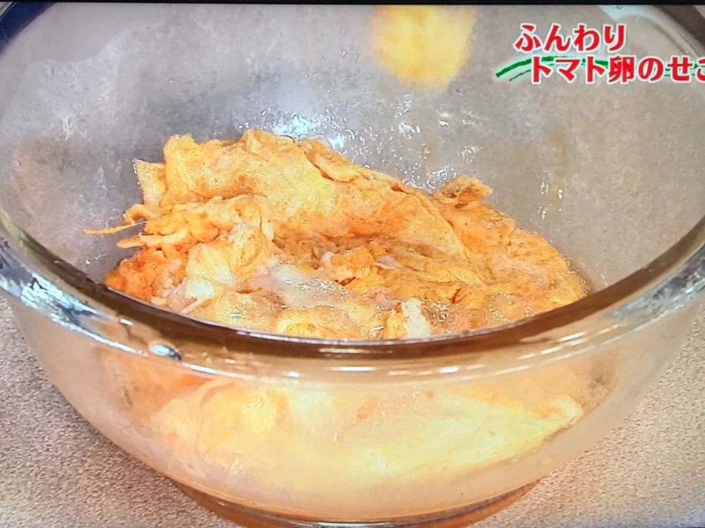 溶き卵を流し入れ、大きく混ぜて半熟になったらとり出す