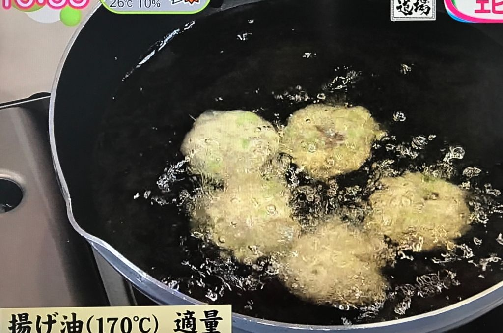 170℃の揚げ油でキツネ色になるまで4~5分揚げていく
