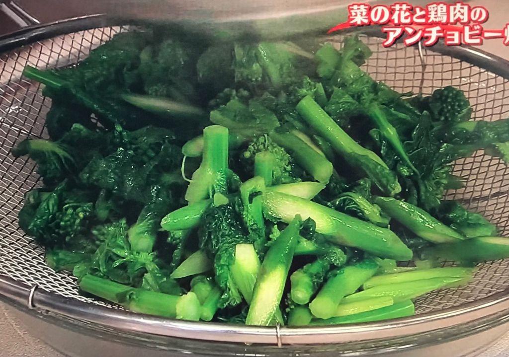 菜の花の穂先を加え、ひと炒めし、ザルに上げて水気をきる
