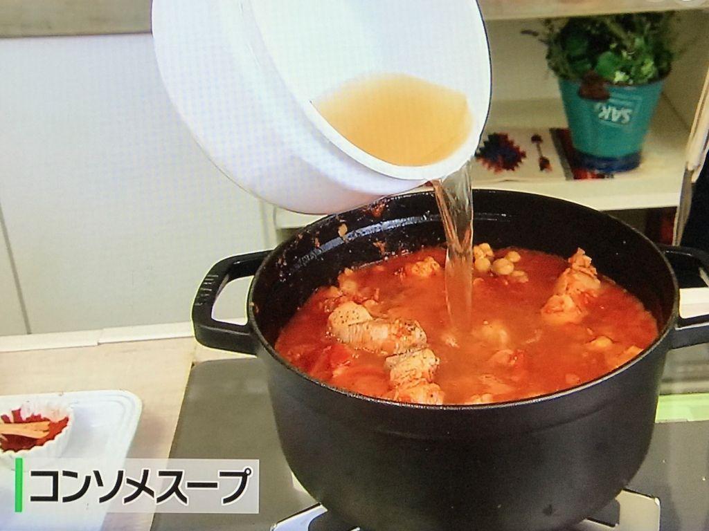 コンソメスープを加えて、沸騰後中の弱の火加減にし、約30分程度煮込む