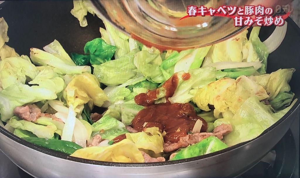 豚肉に火が通ったら②を加えて炒め、油がまわったら合わせ調味料を加えて炒め合わせる