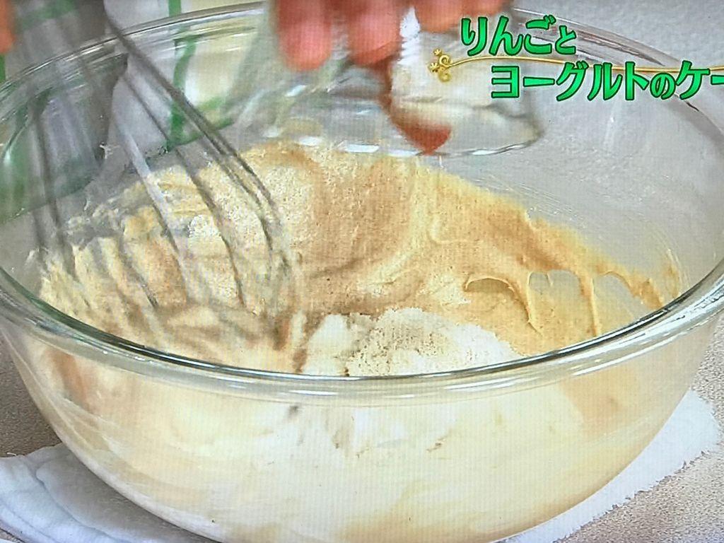 ブラウンシュガーを加えて泡立て器でよくすり混ぜる