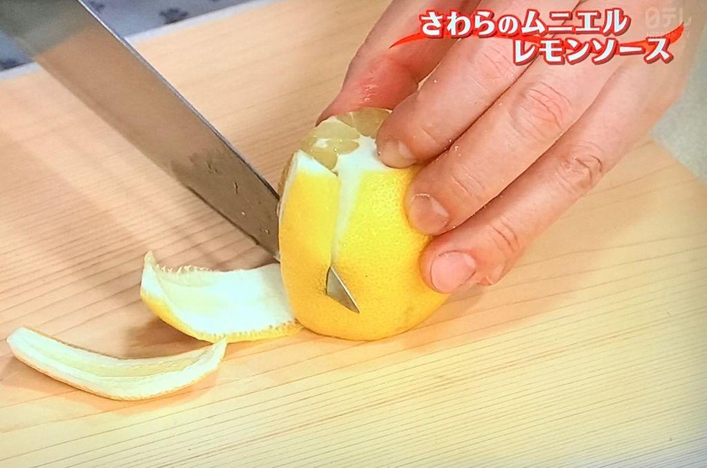 レモンは白いワタとともに皮をむき、7~8mm角に切る