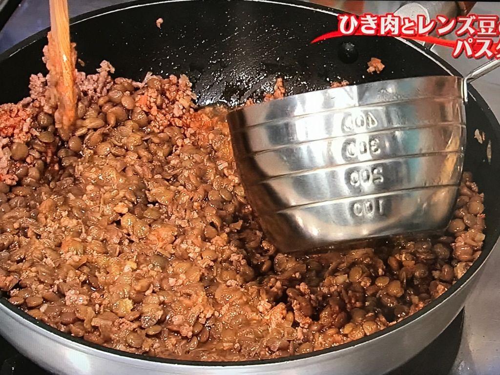 、①のレンズ豆を加え、豆を軽くつぶしながら炒め合わせる