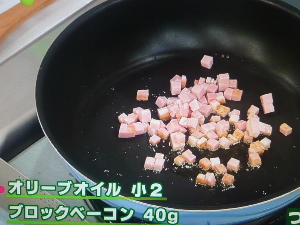 ベーコンから炒める